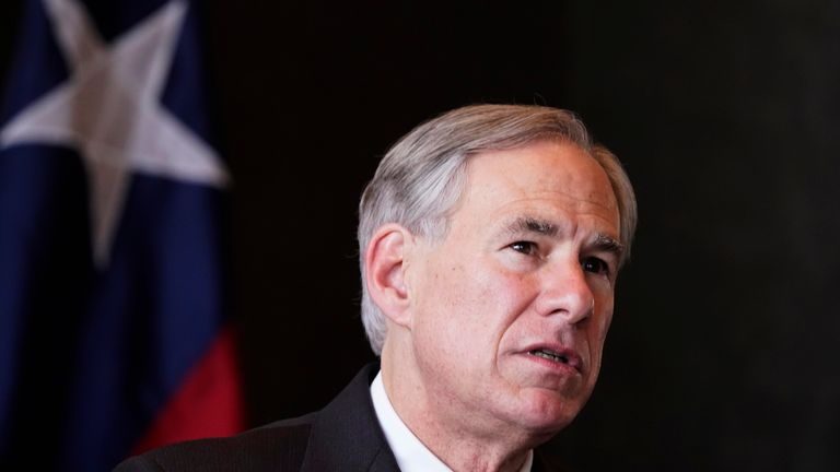 گورگ ابوت ، فرماندار تگزاس ، طی یک کنفرانس خبری درباره بازداشت کودکان مهاجر چهارشنبه ، 17 مارس 2021 ، در دالاس صحبت کرد.  (AP Photo / LM Otero)