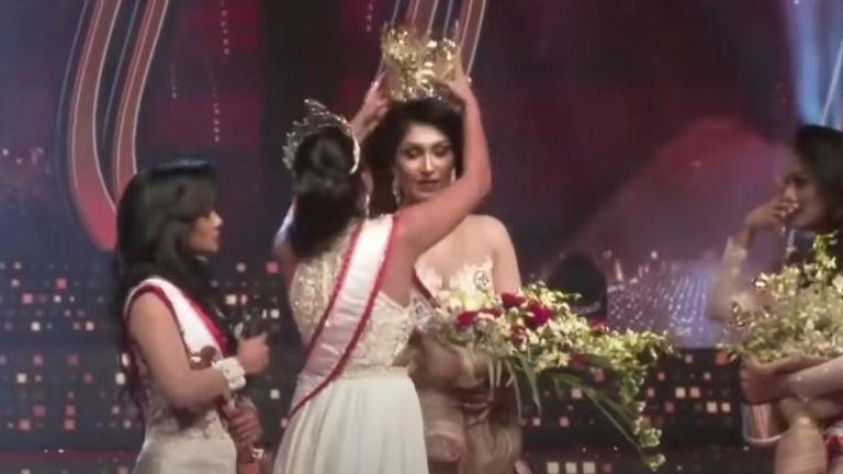 La gagnante originale de Mme Sri Lanka 2020, Pushpika de Silva (C), est disqualifiée pour une accusation de divorce, lors d'un concours de beauté pour femmes mariées à Colombo.  Pic: Gazette de Colombo / YouTube