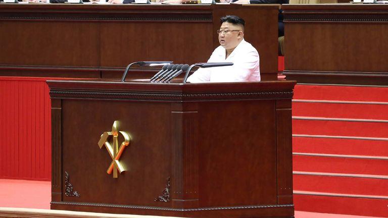 يقول الخبراء إن كيم يواجه ربما أصعب لحظاته مع اقتراب عقد من توليه المنصب.  الموافقة المسبقة عن علم: AP