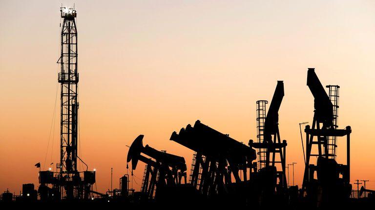بایدن می خواهد وابستگی کشور به سوخت فسیلی را کاهش دهد Pic: AP