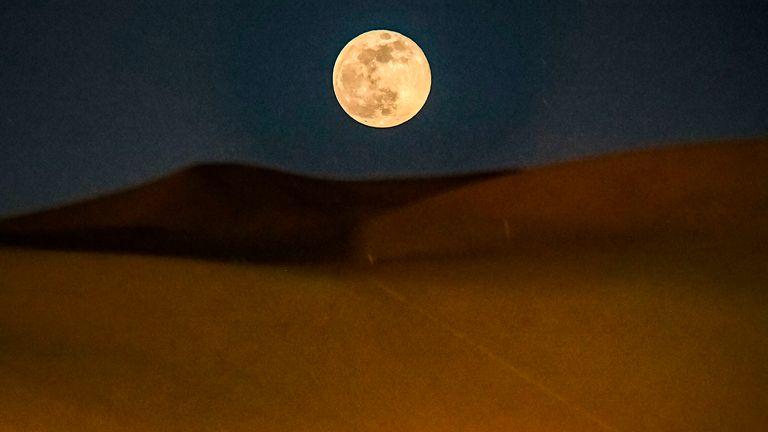 Super Moon in un dessert a Dunhuang, Cina.  Pic: AP