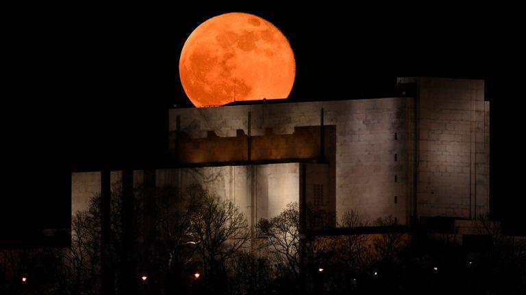 La luna gigante sorge su Praga, Repubblica Ceca.  Pic: AP