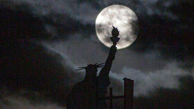 La luna sorge su una replica della Statua della Libertà a Pristina, la capitale del Kosovo.  Pic: AP