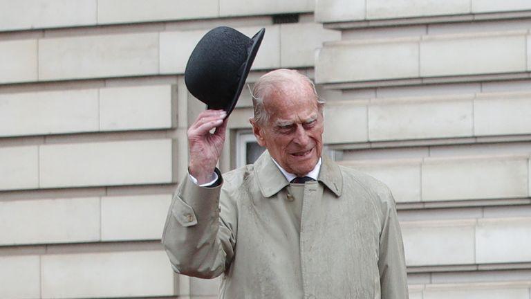 (170803) - لندن ، 3 آگوست 2017 (شین هوا) - شاهزاده فیلیپ (C) بریتانیا ، دوک ادینبورگ ، هنگام شرکت در یک رژه در نقش نیروی دریایی سلطنتی ، واکنش نشان می دهد & # 39؛  کاپیتان ژنرال برای آخرین بار در کاخ باکینگهام در لندن ، بریتانیا در تاریخ 2 اوت 2017. شاهزاده فیلیپ ، همسر ملکه الیزابت دوم ، آخرین نامزدی انفرادی خود را در روز چهارشنبه قبل از بازنشستگی از وظایف سلطنتی انجام می دهد.  (شین هوا / استخر) -UK OUT-