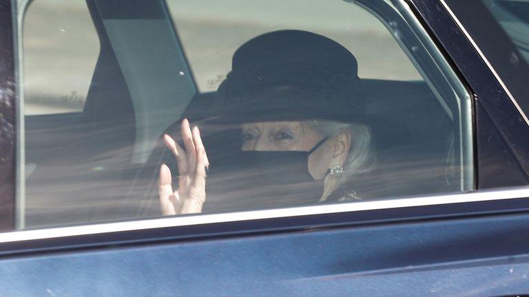 Putri Alexandra, The Honorable Lady Ogilvy melambai saat dia tiba di Kastil Windsor untuk menghadiri pemakaman Pangeran Philip dari Inggris, suami dari Ratu Elizabeth, yang meninggal pada usia 99 tahun, di Windsor, dekat London, Inggris, 17 April , 2021. REUTERS / Peter Nicholls
