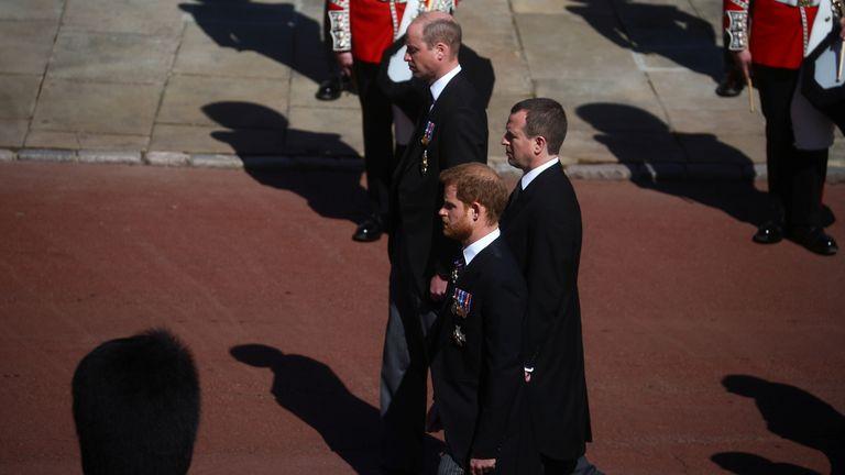 شاهزاده هری ، دوک ساسکس ، پیتر فیلیپس و انگلیس ، شاهزاده ویلیام ، دوک کمبریج ، بریتانیا ، یک لندرور مخصوص اصلاح شده در نزدیکی نمازخانه سنت جورج و در حین مراسم تشییع جنازه انگلیس & # 39 39 ؛ شاهزاده فیلیپ ، شوهر ملکه الیزابت ، که در سن 99 سالگی در محوطه قلعه ویندزور در ویندزور ، انگلیس ، 17 آوریل 2021. درگذشت. REUTERS / هانا مک کی / استخر