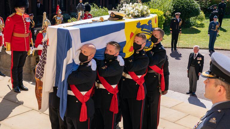 Гроб герцога несли королевские морские пехотинцы по ступеням часовни Святого Георгия.