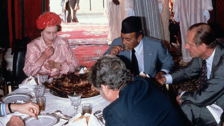 شاهزاده فیلیپ و ملکه در مراکش بره می خورند.  عکس: انور حسین