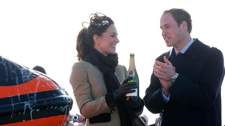 Pangeran William dari Inggris bertepuk tangan setelah tunangannya Kate Middleton menuangkan sampanye di atas acara & # 39; Hereford Endeavour & # 39; sekoci RNLI baru, selama upacara Penamaan dan pengabdian Layanan, di Trearddur Bay Lifeboat Station di Anglesey, Wales, Kamis 24 Februari 2011. Kunjungan itu sangat dinantikan karena pasangan itu tetap tidak menonjolkan diri sejak mengumumkan pertunangan mereka di November, hanya membuat satu penampilan sebelumnya di acara amal. Mereka berencana menikah pada 29 April di Westminster Abb