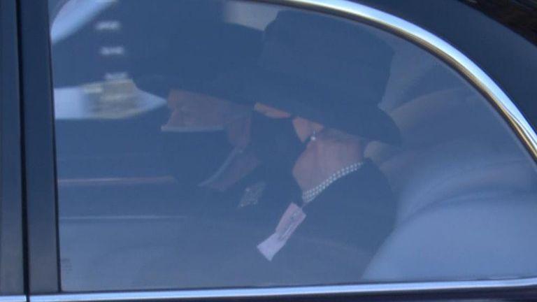 ملکه در مراسم خاکسپاری پرنس فیلیپ در نمازخانه سنت جورج ، قلعه ویندزور شرکت کرد
