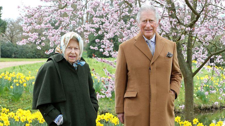 ملکه و پرنس چارلز از قدم زدن در باغ خانه Frogmore در ویندزور لذت می برند