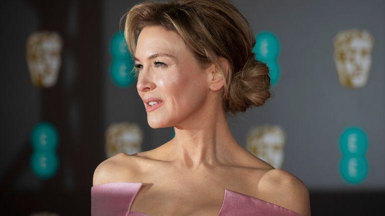 رنه زلوگر در جوایز BAFTA در لندن در سال 2020 برای عکاسان عکس می گیرد. عکس: AP