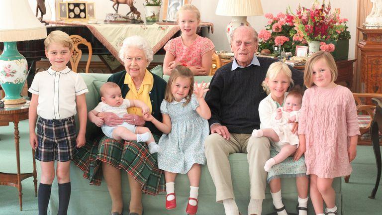 Keluarga Kerajaan merilis gambar ini setelah kematian Pangeran Philip (kanan), dengan bayi Louis dalam pelukan Ratu