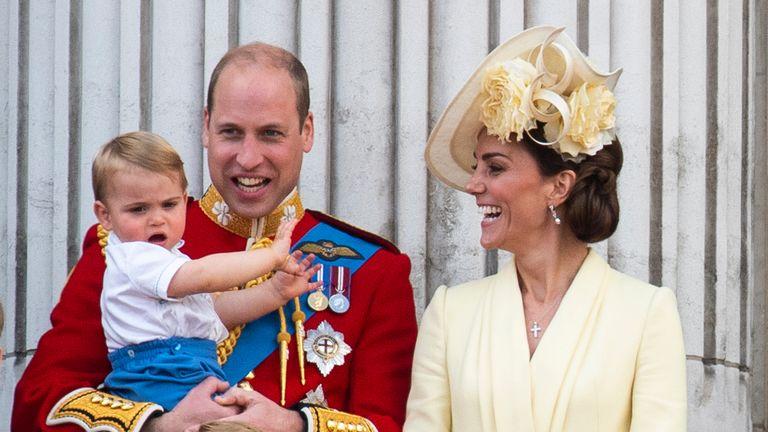 Louis digambarkan sebagai balita dalam pelukan ayahnya di balkon Istana Buckingham pada tahun 2019