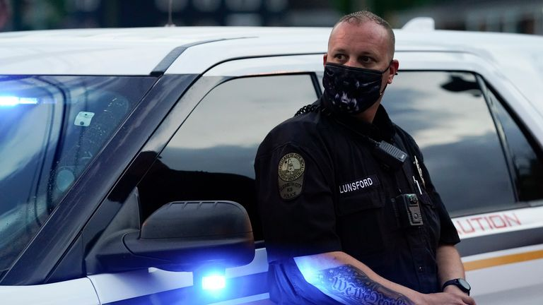 پلیس هنوز جزئیات زیادی را منتشر نکرده است ، اما تأیید کرده است که افسری که در این تیراندازی شرکت کرده در مرخصی اداری بوده است.  عکس AP