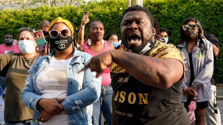 معترضین به دنبال جواب دادن به علت شلیک مرگبار اندرو براون جونیور هستند که در حال حاضر در دست بررسی است.  عکس AP