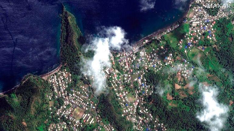 تُظهر صورة القمر الصناعي المناظر الطبيعية الخصبة للجزيرة قبل اندلاع البركان.  الموافقة المسبقة عن علم: AP