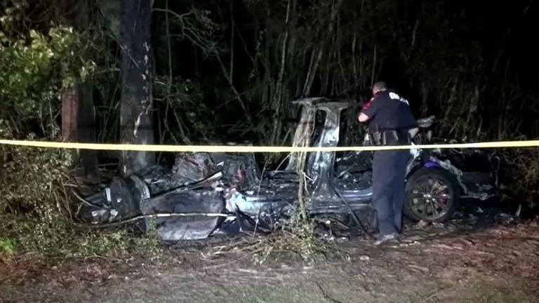 Hai người đàn ông thiệt mạng sau khi một chiếc xe Tesla, được cho là đang vận hành mà không có ai ngồi trên ghế lái, đâm vào một cái cây vào ngày 17 tháng 4 ở phía bắc Houston.  Ảnh: Scott J Engle