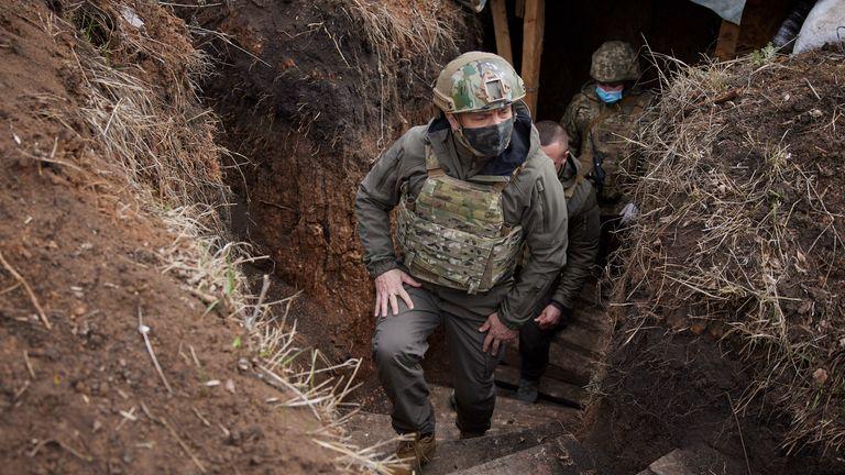 Le président ukrainien Volodymyr Zelenskyy visite la région de Donetsk, frappée par la guerre, dans l'est de l'Ukraine, le jeudi 8 avril 2021. Le président ukrainien se rend dans la zone de conflit dans l'est de son pays au milieu d'une escalade des tensions qui a augmenté craintes d'une reprise des hostilités à grande échelle.  (Bureau de presse présidentiel ukrainien via AP)