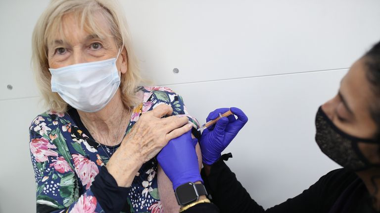 داروساز آشا فاولز کاترین جینادو ، 82 ساله را با دوز دوم واکسن Oxford-AstraZneca واکسینه می کند