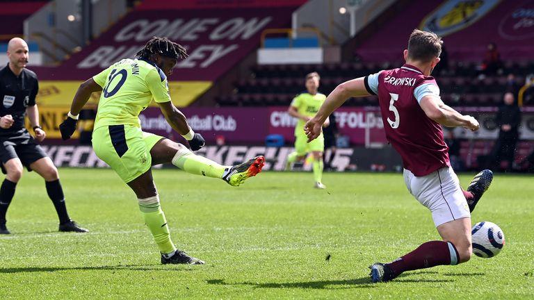 Allan Saint-Maximin scores Newcastle's second goal of the game