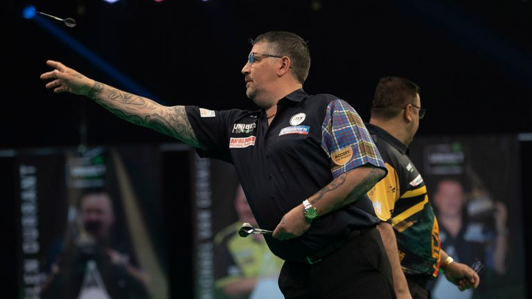 Anderson continued his strong start to the match against De Sousa with this 145 checkout