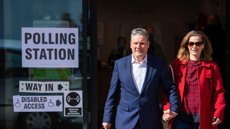 رهبر حزب کارگر سر كير استارمر و همسرش ويكتوريا پس از رأي دادن در رأي گيري در مرکز گرينوود ، شمال لندن ، در انتخابات شهردار محلي و لندن ، ريختند.  تاریخ تصویر: پنجشنبه 6 مه 2021.