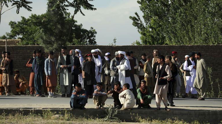 Люди собираются на месте взрыва в районе Шакар-Дара Фото: AP