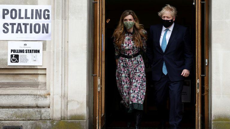 نخست وزیر انگلیس و بوریس جانسون و شریکش کری سیموندز پس از رای گیری در لندن ، انگلیس در 6 مه 2021 مرکز رای گیری وست مینستر را ترک کردند. REUTERS / هنری نیکلز