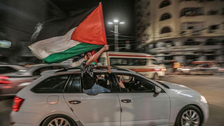 فلسطینی ها برای جشن توافق آتش بس بین دولت اسرائیل و جنبش اسلامگرای فلسطینی حماس به خیابانها آمده اند.  عکس: AP