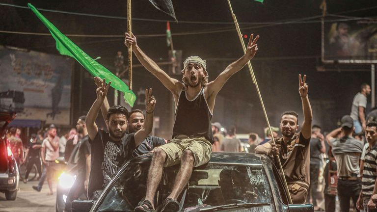 فلسطینیان برای جشن توافق آتش بس بین دولت اسرائیل و جنبش اسلامگرای فلسطینی حماس به خیابانها آمدند.  عکس: AP