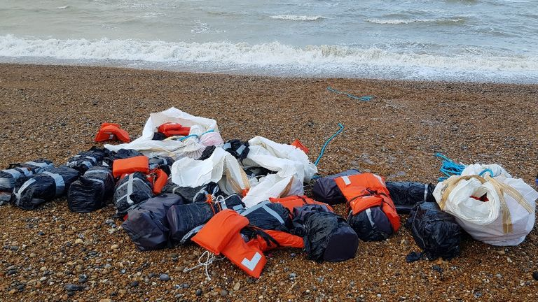 رهگذران در ساحلی در حوالی هاستینگز کیسه های بزرگ حاوی یک تن کوکائین را کشف کردند.  عکس: NCA