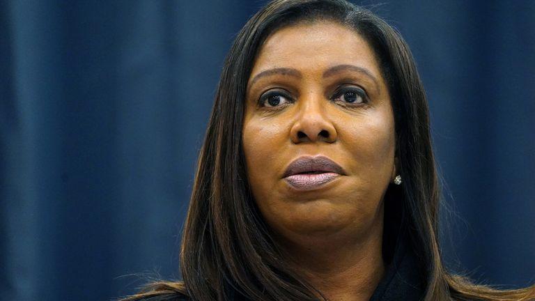 لتیتیا جیمز ، دادستان کل ایالت نیویورک ، در حال رسیدگی به تحقیقات درباره آقای ترامپ است