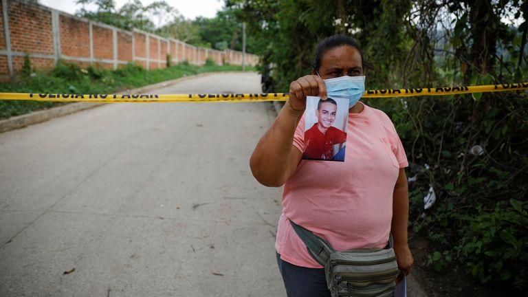 As famílias dos desaparecidos se reuniram perto do cerco