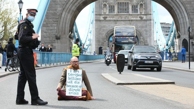 Foto selebaran Extinction Rebellion (XR) Morgan Trowland, 38, memblokir lalu lintas di Tower Bridge di London