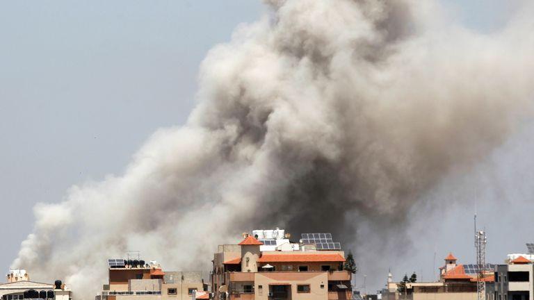 در جریان حمله هوایی اسرائیلی ها و فلسطینی ها در شهر غزه ، 20 مه 2021 ، در طی حمله هوایی اسرائیل دود بلند می شود. REUTERS / احمد جدالله