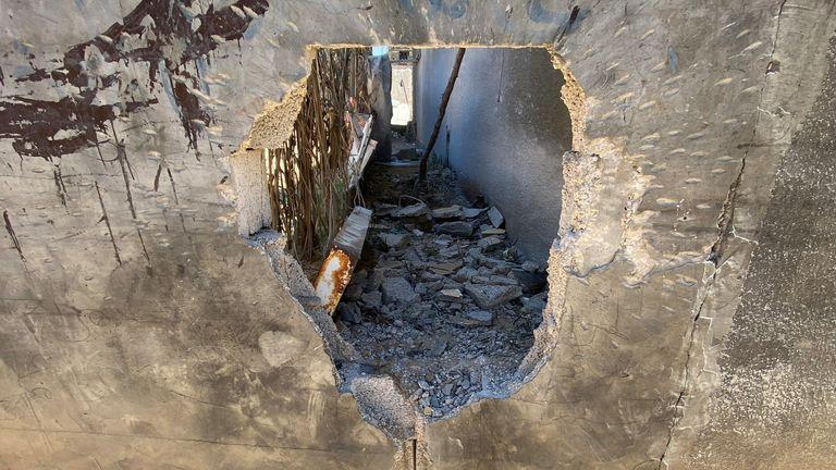 سوراخ انفجار در خانه دینا آسایالی که دخترش دیما در درگیری های غزه و اسرائیل کشته شد