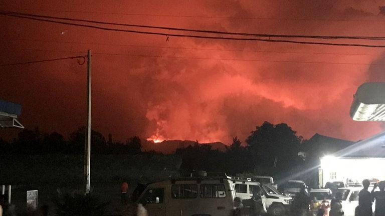 یک نمای کلی غیرنظامیان را در حال تماشای دود و شعله های آتشفشان در نزدیکی گوما ، جمهوری دموکراتیک کنگو در 22 مه 2021 نشان می دهد. REUTERS / Djaffar Al Katanty فروش مجدد ندارد  بدون آرشیو