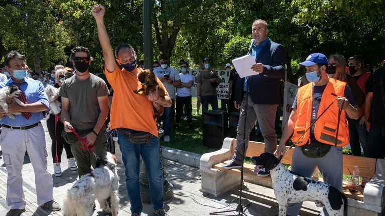 صاحبان سگها در یک راهپیمایی علیه قانون پیشنهادی دولت در مورد حیوانات خانگی خانگی ، در میدان سینتاگما ، در آتن ، یکشنبه ، 23 مه 2021 شرکت کردند. چند صد صاحب سگ ، بیشتر آنها نیز شکارچیان و حیوانات خانگی آنها ، در بیرون اعتراض کردند پارلمان یونان روز یکشنبه علیه قانون جدیدی که هنوز در مرحله مشاوره است ، عقیم سازی حیوانات خانگی خانگی را مجاز می داند.  (عکس AP / یورگوس کاراهالیس)