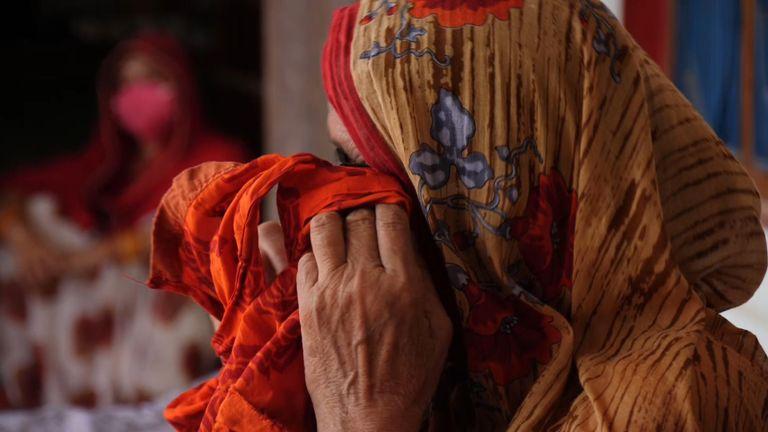 مادر ساریتا در حالی که به ما می گفت سعی کرده دخترش را راضی کند تا در انتخابات کمکی نکند ، خراب می شود