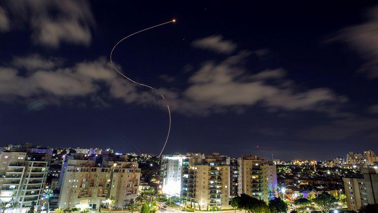سیستم ضد موشکی گنبد آهنین اسرائیل موشکهای پرتاب شده از غزه را رهگیری می کند