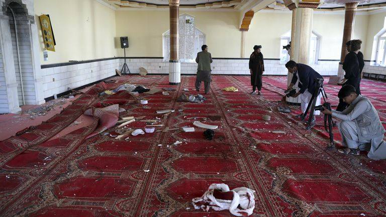 Журналисты снимают и фотографируют последствия взрыва. Фото: AP