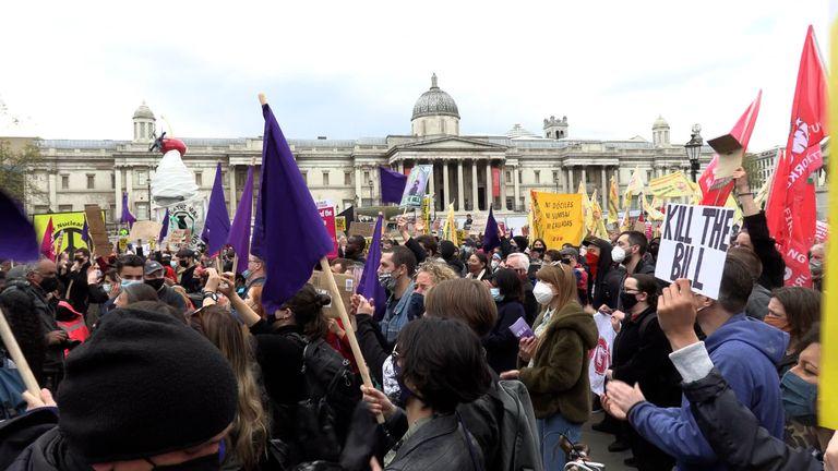 Para pengunjuk rasa berkumpul di Trafalgar Square untuk berdemonstrasi menentang RUU Polisi, Kejahatan, Hukuman dan Pengadilan
