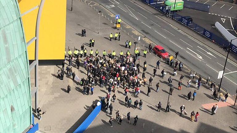 Demonstran berhadapan dengan petugas polisi di Newcastle. Foto: @ JohnHodgson1975