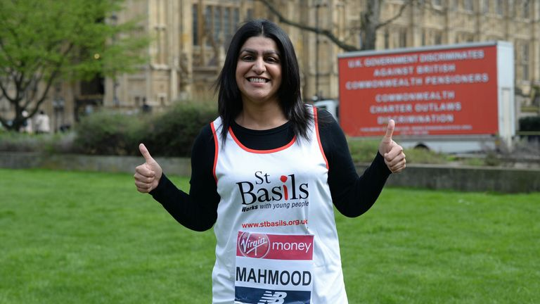 نماینده حزب کارگر در بیرمنگام لیدیوود شعبانا محمود در کالج گرین ، لندن ، قبل از شرکت در ماراتن Virgin Money London