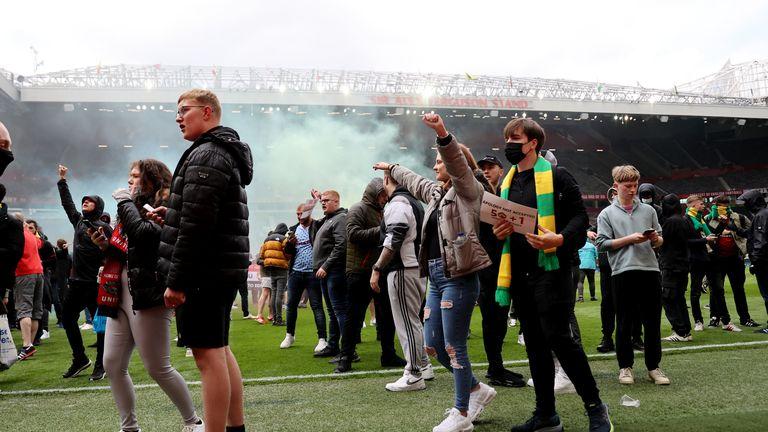 Sepak Bola - Penggemar Manchester United memprotes pemiliknya sebelum pertandingan Manchester United v Liverpool Premier League - Manchester, Inggris - 2 Mei 2021 Penggemar Manchester United di lapangan sebagai protes terhadap pemiliknya sebelum pertandingan Gambar Aksi via REUTERS / Carl Recine