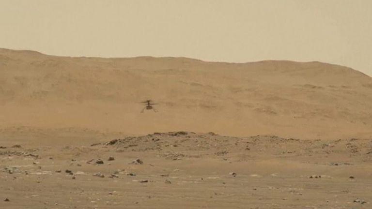 ذكي ، أول طائرة ركض تطير إلى كوكب آخر ، تمسكت ببطن المثابرة وهبطت على سطح المريخ.