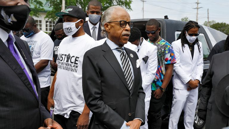 Pendeta Al Sharpton memimpin keluarga dalam doa sesaat sebelum dimulainya prosesi pemakaman Andrew Brown Jr. di Elizabeth City, North Carolina, AS, 3 Mei 2021