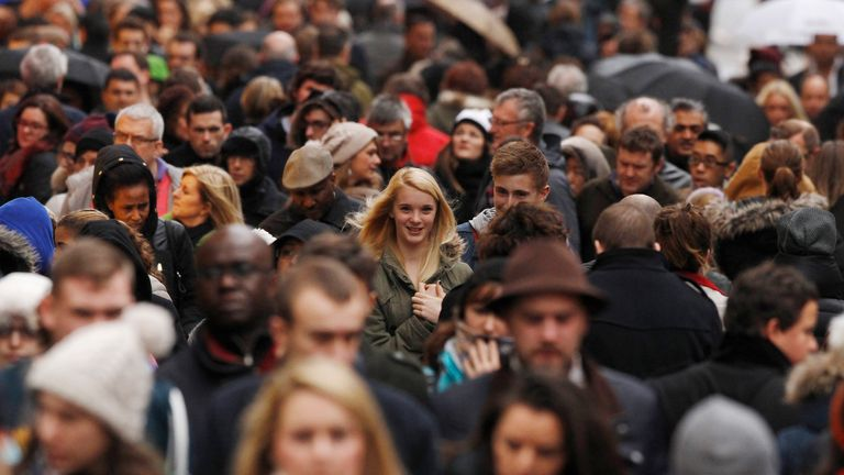 Crowds of shoppers walk along Oxford Street on the last Saturday before Christmas, in London December 21, 2013