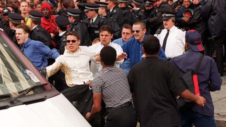 (چپ به راست) دیوید نوریس ، جیمی آکورت و لوک نایت تحقیقات عمومی مربوط به قتل استیون لارنس را در سال 1998 ترک می کنند